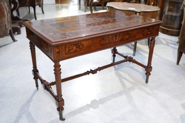 Importante scrivania da centro di origine  italiana con intarsi a motivi floreali - Tavoli e Scrittoi